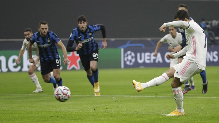 Real Madrids Eden Hazard, right, scores on a penalty kick during their Group B, Champions League soccer match between Inter Milan and Real Madrid at the San Siro Stadium, in Milan, Italy, Wednesday, Nov. 25, 2020. (AP Photo/Luca Bruno)