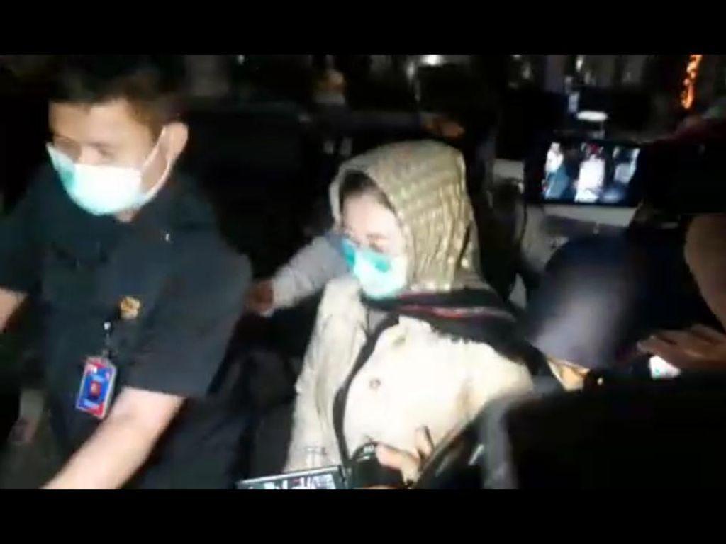 Momen Istri Edhy Prabowo Dibebaskan KPK