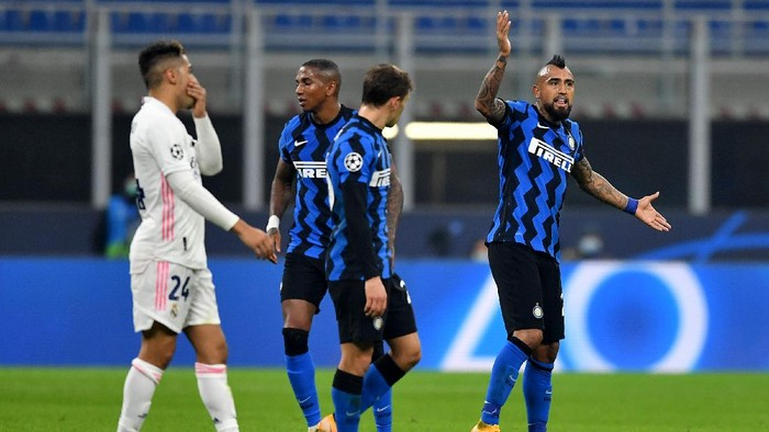 MILAN, ITALY - NOVEMBER 25: Arturo Vidal of Inter Milan reacts to being sent off during the UEFA Champions League Group B stage match between FC Internazionale and Real Madrid at Stadio Giuseppe Meazza on November 25, 2020 in Milan, Italy. Football Stadiums around Europe remain empty due to the Coronavirus Pandemic as Government social distancing laws prohibit fans inside venues resulting in fixtures being played behind closed doors. (Photo by Valerio Pennicino/Getty Images)