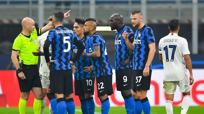 MILAN, ITALY - NOVEMBER 25: Referee Anthony Taylor sends Arturo Vidal off Inter Milan off as Lautaro Martínez, Romelu Lukaku, Roberto Gagliardini and Milan Skriniar of Inter Milan react during the UEFA Champions League Group B stage match between FC Internazionale and Real Madrid at Stadio Giuseppe Meazza on November 25, 2020 in Milan, Italy. Football Stadiums around Europe remain empty due to the Coronavirus Pandemic as Government social distancing laws prohibit fans inside venues resulting in fixtures being played behind closed doors. (Photo by Valerio Pennicino/Getty Images)