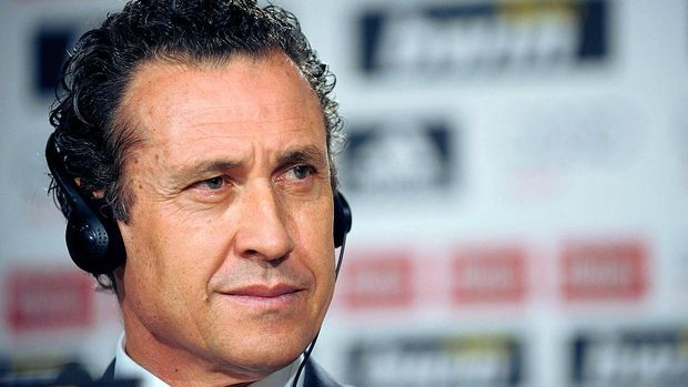 MADRID, SPAIN - JANUARY 27: Real Madrid director general Jorge Valdano attends the presentation of  Emmanuel Adebayor as a new Real player at Estadio Santiago Bernabeu on January 27, 2011 in Madrid, Spain.  (Photo by Denis Doyle/Getty Images)