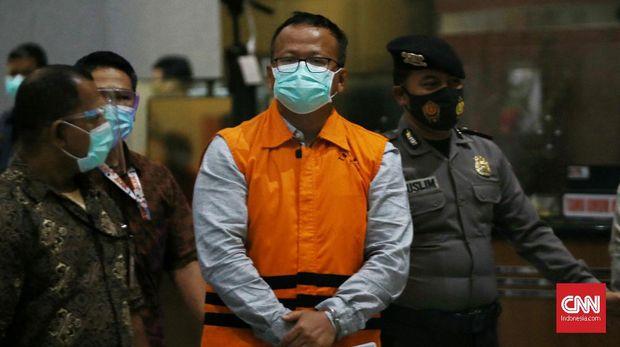 Mantan Menteri KKP Edhy Prabowo, langsung ditahan usai diperiksa, di Gedung KPK  Merah Putih, Jakarta, Rabu (25/11/2020). Edhy Prabowo ditahan setelah sebelumnya dijemput oleh petugas KPK dari bandara bersama Isterinya yang juga anggota DPR Komisi V Fraksi Gerindra Iis Rosita Dewi, Wakil Ketua Komisi VI DPR Fraksi Gerindra Haikal Bawazier dan sejumlah pihak, selepas lawatan ke Amerika. Edhy Prabowo ditangkap diduga terkait suap penetapan calon Eksportir benih Lobster. CNN Indonesia/ Andry Novelino