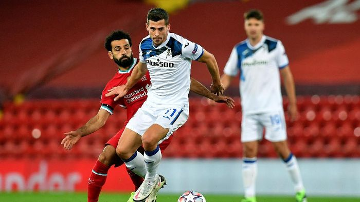 LIVERPOOL, ENGLAND - NOVEMBER 25: Remo Freuler of Atalanta B.C. is challenged by Mohamed Salah of Liverpool during the UEFA Champions League Group D stage match between Liverpool FC and Atalanta BC at Anfield on November 25, 2020 in Liverpool, England. Sporting stadiums around the UK remain under strict restrictions due to the Coronavirus Pandemic as Government social distancing laws prohibit fans inside venues resulting in games being played behind closed doors. (Photo by Paul Ellis - Pool/Getty Images)