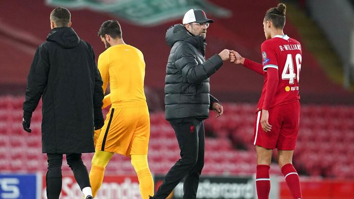 Liverpools manager Jurgen Klopp, centre, gestures with Liverpools Rhys Williams, right, following during the Champions League group D soccer match between Liverpool and Atalanta at Anfield stadium in Liverpool, England, Wednesday, Nov. 25, 2020. (AP Photo/Jon Super, Pool)