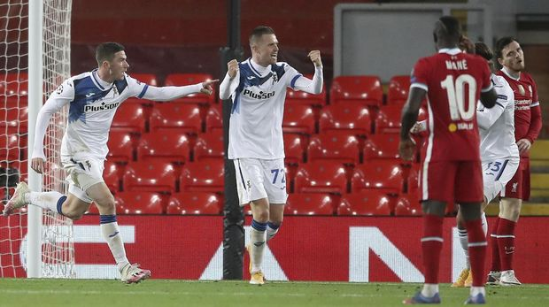 Josip Iličić from Atalanta, center, celebrates after scoring the opening goal during the Champions League Group D Champions League football match between Liverpool and Atalanta at Anfield Stadium in Liverpool, England, on Wednesday, November 25, 2020 (Martin Rickett / Pool via AP)