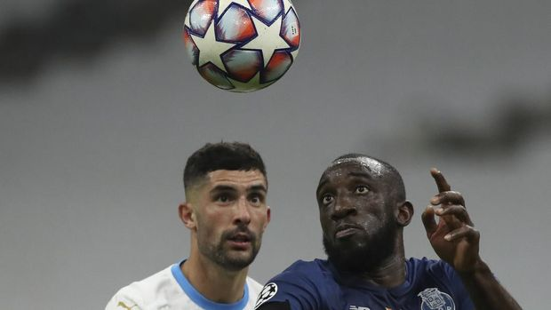 Porto's Moussa Marega, right, and Marseille's Kevin Strootman challenge a ball during the Champions League group C soccer match between Olympique Marseille and FC Porto at the Velodrome stadium in Marseille, southern France, Wednesday, Nov.25, 2020. (AP Photo/Daniel Cole)