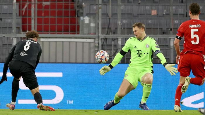 MUNICH, GERMANY - NOVEMBER 25: Manuel Neuer of FC Bayern München safes the ball during the UEFA Champions League Group A stage match between FC Bayern Muenchen and RB Salzburg at Allianz Arena on November 25, 2020 in Munich, Germany. (Photo by Alexander Hassenstein/Getty Images)