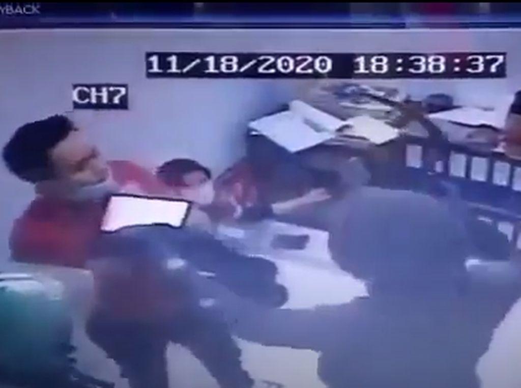 Ngeri! Aksi Perampok Bercelurit di Minimarket Bekasi