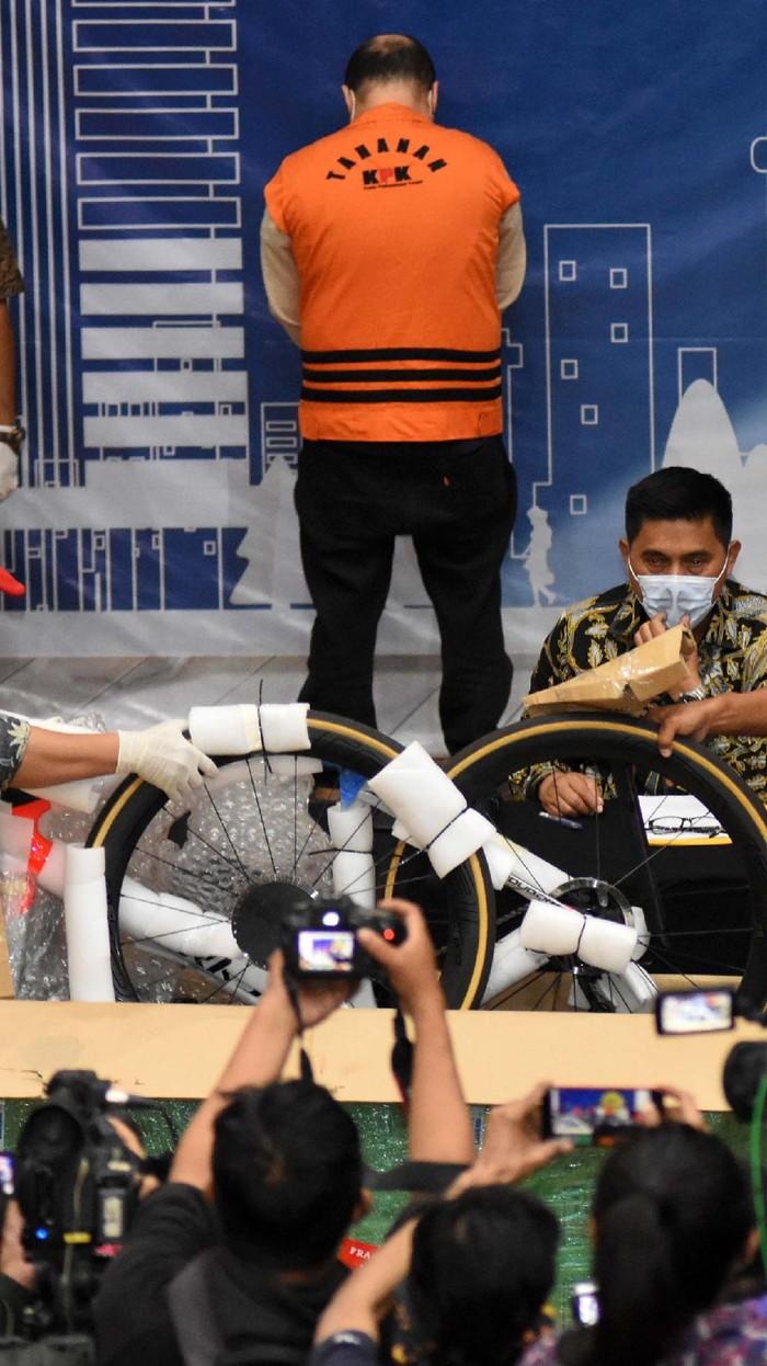 KPK memamerkan barang bukti dari kasus yang menjerat Menteri Kelautan dan Perikanan Edhy Prabowo. Terdapat barang-barang mewah yang disita KPK dalam kasus ini.