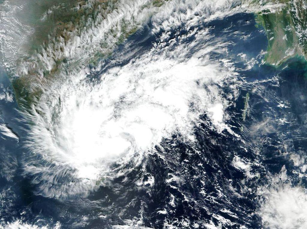 BMKG Peringatkan Kedatangan Siklon Tropis Surigae Jadi Topan