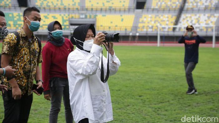 Wali Kota Surabaya Tri Rismaharini meninjau renovasi Stadion Gelora Bung Tomo (GBT) untuk venue Piala Dunia U-20 2021. Renovasi stadion dan akses jalan hampir rampung.