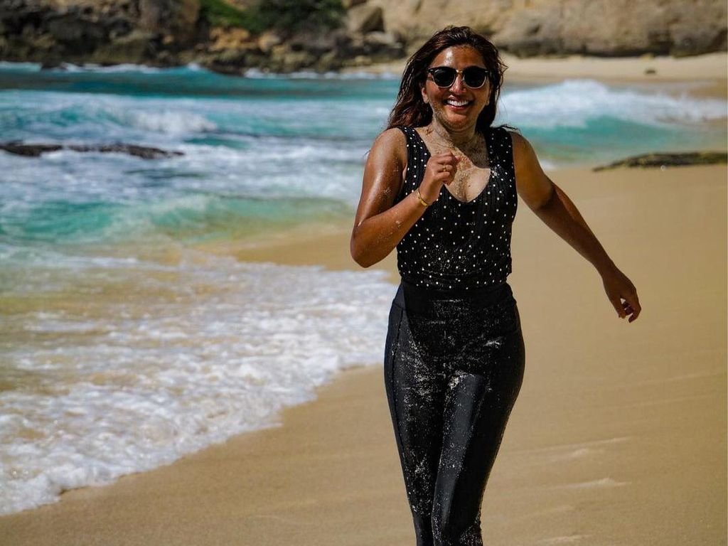 10 Gaya Ashanty di Pantai, Lari-larian bak Film India!