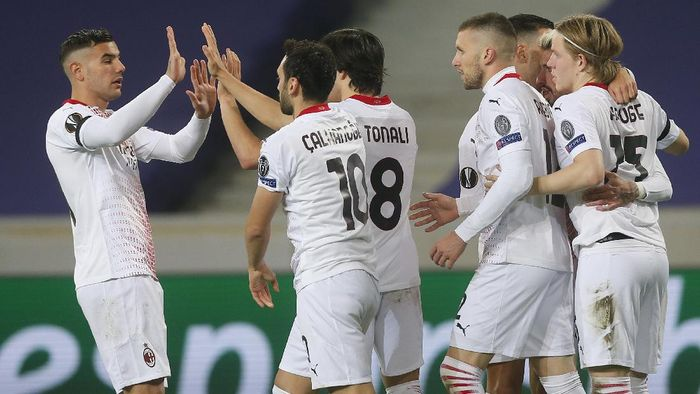 AC Milan players celebrate a goal against Lille during the Europa League Group H soccer match between Lille and AC Milan at the Stade Pierre Mauroy stadium in Villeneuve dAscq, northern France, Thursday, Nov. 26, 2020. (AP Photo/Michel Spingler)