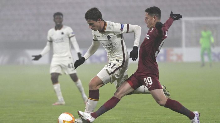 Romas Riccardo Calafiori, left, challenges for the ball with CFRs Mario Rondon during the Europa League, Group A, soccer match between CFR Cluj and Roma at the Constantin Radulescu Stadium in Cluj, Romania, Thursday, Nov. 26, 2020. (AP Photo/Raed Krishan)