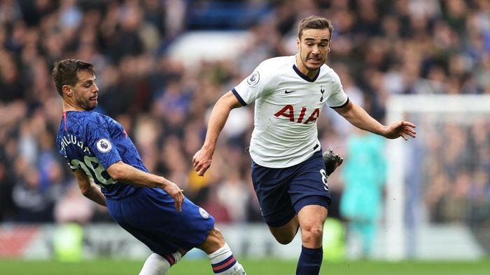 LONDON, ENGLAND - FEBRUARY 22: Harry Winks of Tottenham Hotspur runs past Cesar Azpilicueta of Chelsea during the Premier League match between Chelsea FC and Tottenham Hotspur at Stamford Bridge on February 22, 2020 in London, United Kingdom. (Photo by Julian Finney/Getty Images)