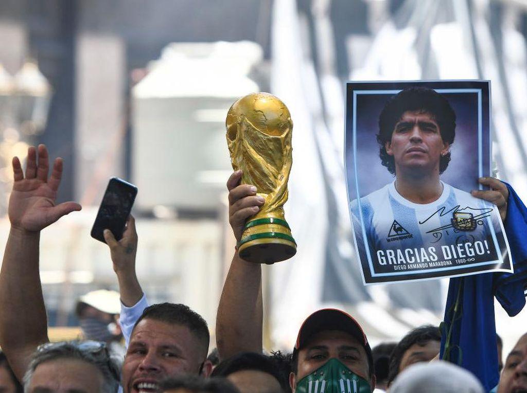 Kematian Maradona Dinilai Mencurigakan, Polisi Gerebek Rumah Dokter Pribadinya