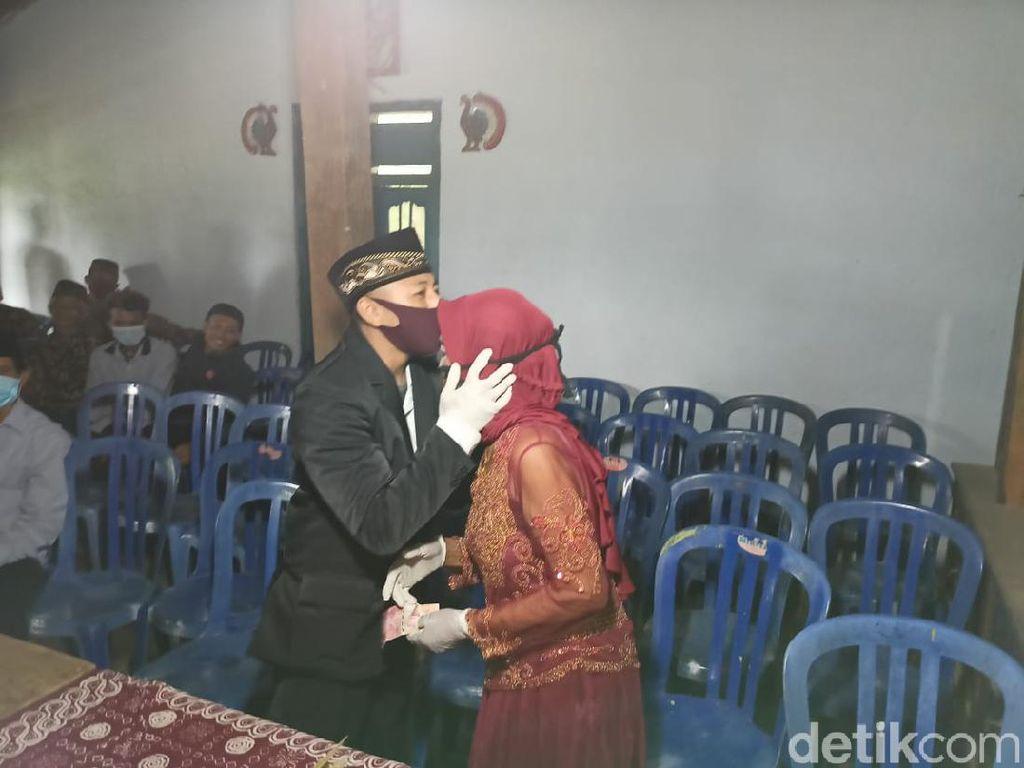Kasmaran Duda Usia 29 dan Nenek 76 Tahun Berakhir di Pelaminan