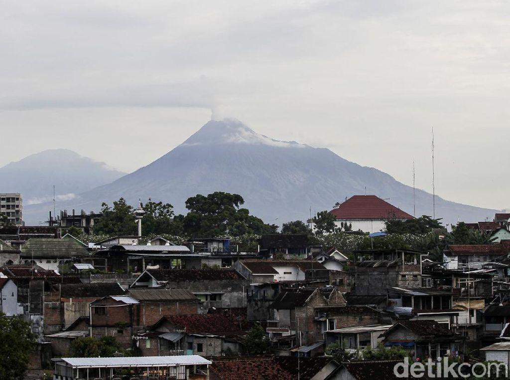 Jarak Luncur Awan Panas Gunung Merapi Pagi Tadi Kurang dari 1 Kilometer