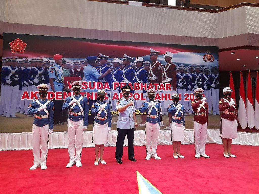 Panglima TNI Marsekal Hadi Tjahjanto Wisuda 672 Prajurit Taruna