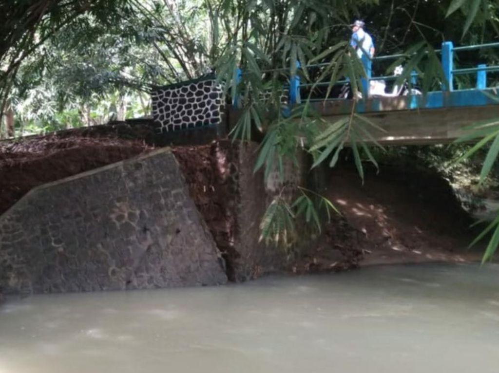 Tergerus Air Sungai, Jembatan di Ciamis Terancam Ambruk