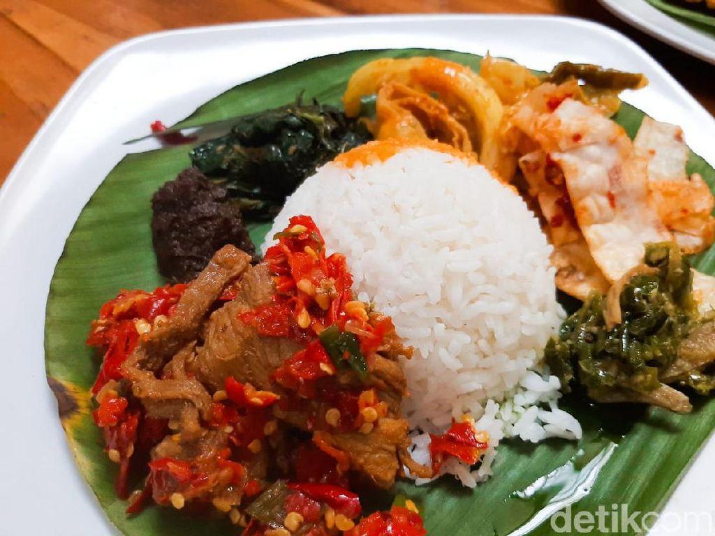 5 Warung Nasi Padang Tersembunyi dengan Porsi Brutal Mantap!