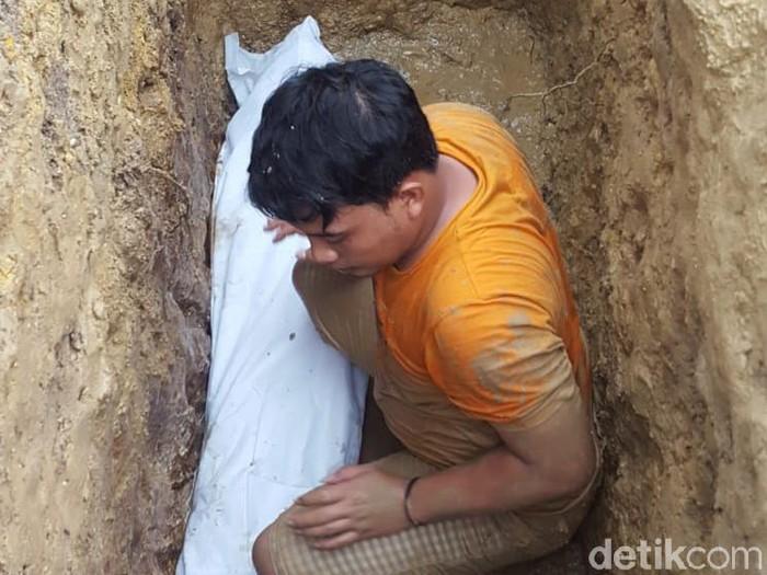 Jasad kiai di Sampang diketahui masih utuh saat makamnya diperbaiki. Padahal, kiai tersebut sudah dikebumikan sejak 3 tahun lalu.