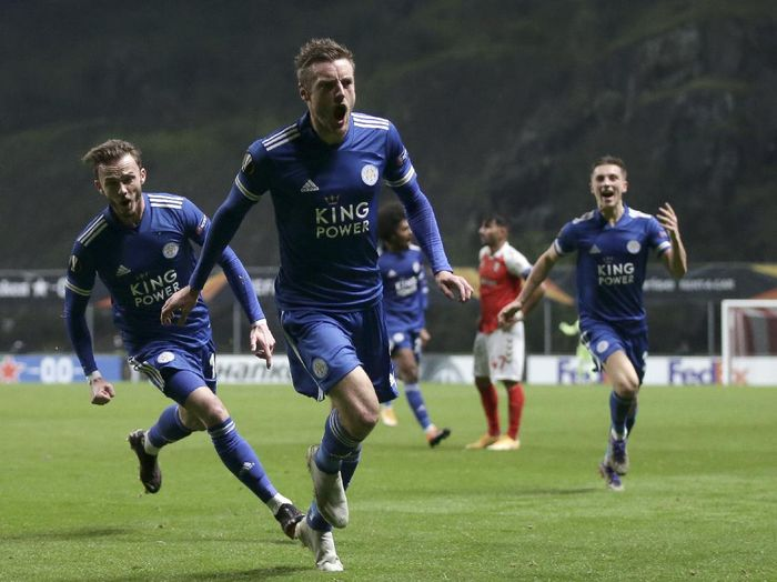 Leicesters Jamie Vardy, center, celebrates after scoring his sides third goal during the Europa League group G soccer match between SC Braga and Leicester City at the Municipal stadium in Braga, Portugal, Thursday, Nov. 26, 2020. (AP Photo/Luis Vieira)