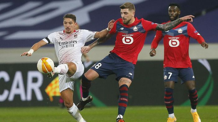 AC Milans Ismael Bennacer, left, fights for the ball with Lilles Xeka during the Europa League Group H soccer match between Lille and AC Milan at the Stade Pierre Mauroy stadium in Villeneuve dAscq, northern France, Thursday, Nov. 26, 2020. (AP Photo/Michel Spingler)