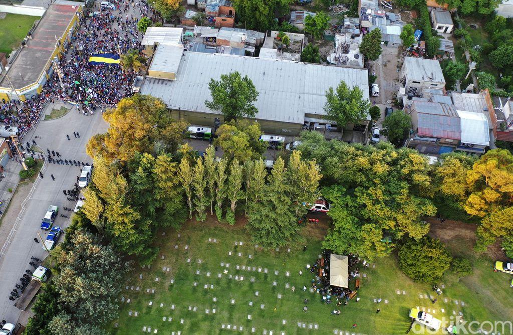 Jenazah Diego Maradona dimakamkan di Jardin Bella Vista, Argentina. Hanya sedikit orang yang diizinkan menghadirinya.