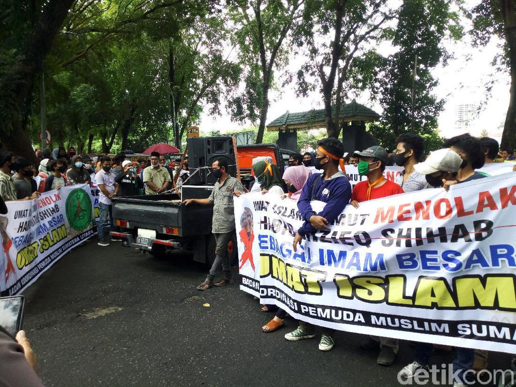 Massa Kembali Demo di DPRD Sumut, Tolak Habib Rizieq Datang ke Medan