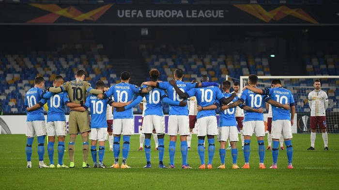 NAPLES, ITALY - NOVEMBER 26: Players and Officials observe a minute of silence wearing number 10 on their shirts prior to kick off in memory of Diego Maradona while wearing a black armband on their sleeve of their shirts in memory of Diego Maradona during the UEFA Europa League Group F stage match between SSC Napoli and HNK Rijeka at Stadio San Paolo on November 26, 2020 in Naples, Italy. Sporting stadiums around Italy remain under strict restrictions due to the Coronavirus Pandemic as Government social distancing laws prohibit fans inside venues resulting in games being played behind closed doors. (Photo by Francesco Pecoraro/Getty Images)
