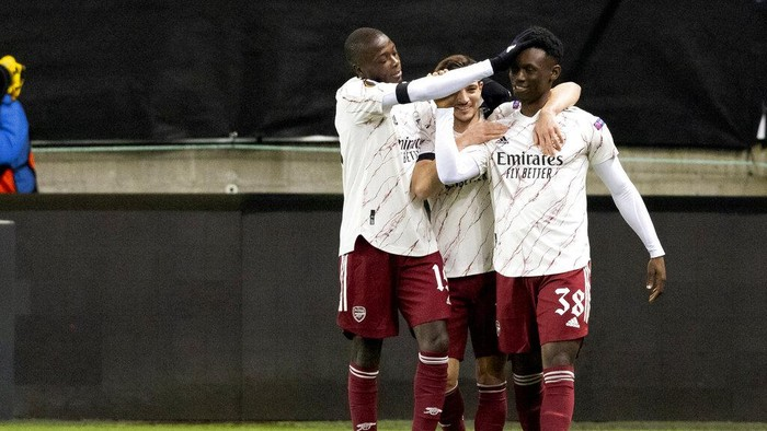 Arsenals Folarin Balogun, right, is congratulated for scoring to take the score to 0-3, by Cedric and Nicolas Pepe, left, during the Europa League Group stage Group B, soccer match between Molde and Arsenal at Aker Stadium in Molde, Norway, Thursday Nov. 26, 2020. (Svein Ove Ekornesvag / NTB via AP)