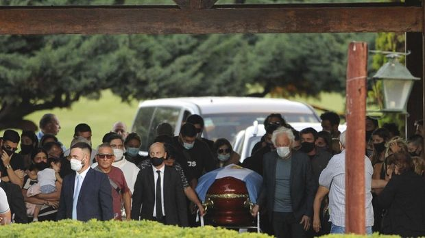 Friends and relatives carry Diego Maradona's casket into the Jardin de Bellavista cemetery in Buenos Aires, Argentina, Thursday, Nov. 26, 2020. The Argentine soccer great who was among the best players ever and who led his country to the 1986 World Cup title died from a heart attack at his home Wednesday, at the age of 60. (Juan Tesone/Clarin via AP)