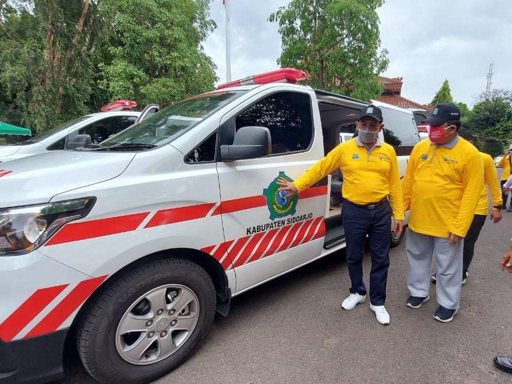 Pemkab Sidoarjo Beri Bantuan Ambulans dan Mesin Serologi ke 7 Puskemas