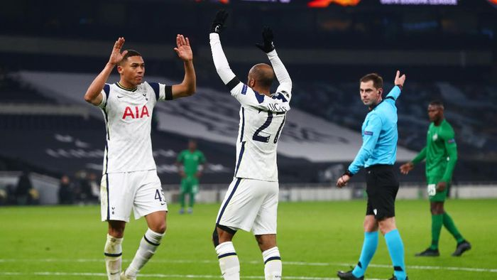 LONDON, ENGLAND - NOVEMBER 26: Lucas Moura of Tottenham Hotspur (right) celebrates with Carlos Vinicius of Tottenham Hotspur after scoring his teams fourth goal during the UEFA Europa League Group J stage match between Tottenham Hotspur and PFC Ludogorets Razgrad at Tottenham Hotspur Stadium on November 26, 2020 in London, England. Sporting stadiums around the UK remain under strict restrictions due to the Coronavirus Pandemic as Government social distancing laws prohibit fans inside venues resulting in games being played behind closed doors. (Photo by Clive Rose/Getty Images)