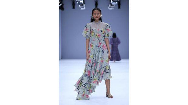 A model walks the runway of Jakarta Fashion Week x Mandiri Private Present Tribute to Barli Asmara show during Jakarta Fashion Week 2021 in Senayan City, Jakarta.