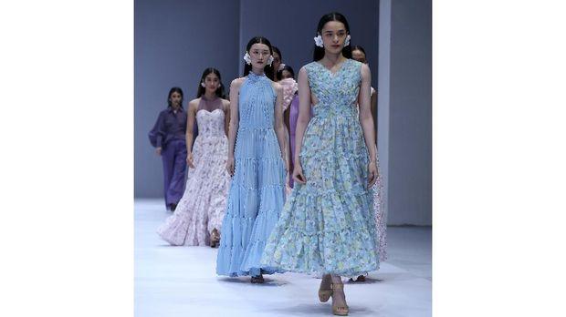 Models walk the runway of Jakarta Fashion Week x Mandiri Private Present Tribute to Barli Asmara show during Jakarta Fashion Week 2021 in Senayan City, Jakarta.