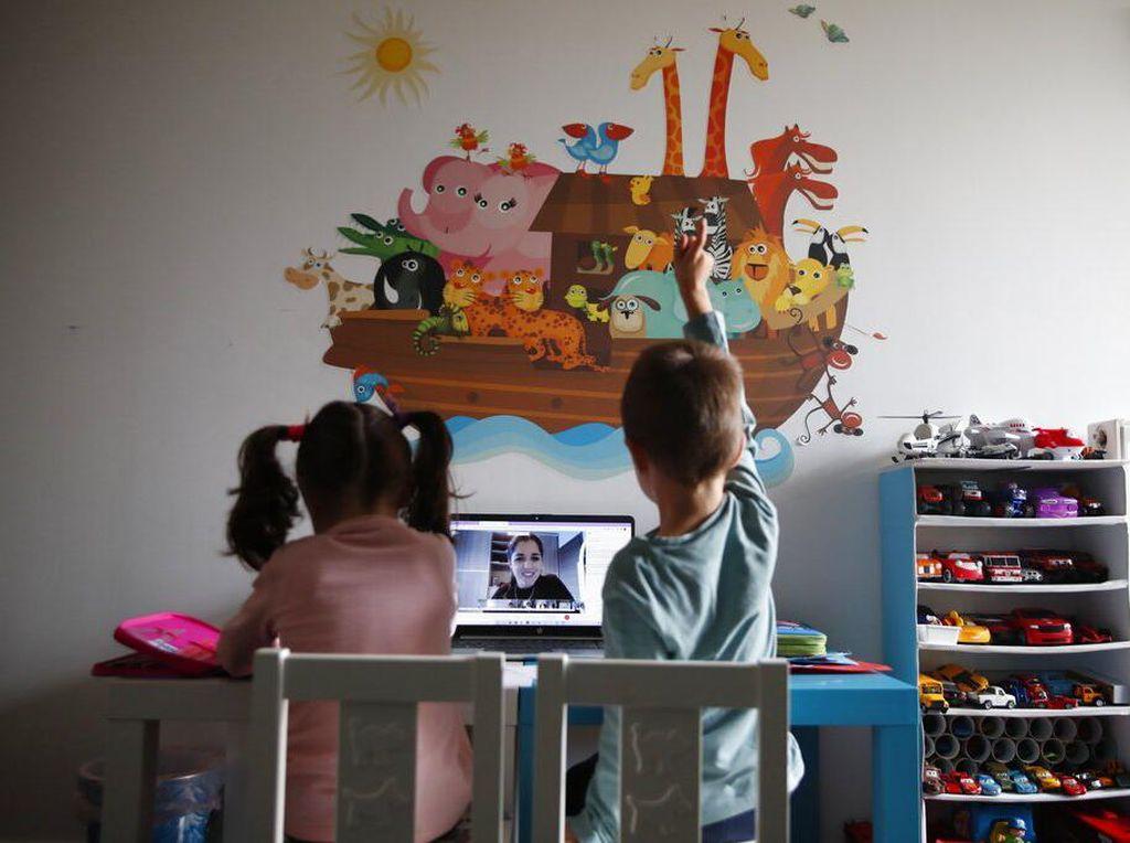 Melihat Sekolah Online di Yunani