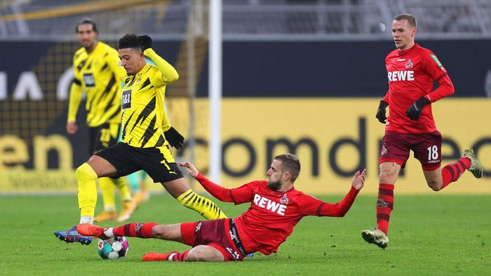 DORTMUND, GERMANY - NOVEMBER 28: Jadon Sancho of Borussia Dortmund is challenged by Dominick Drexler of 1. FC Koln during the Bundesliga match between Borussia Dortmund and 1. FC Koeln at Signal Iduna Park on November 28, 2020 in Dortmund, Germany. Football Stadiums around Europe remain empty due to the Coronavirus Pandemic as Government social distancing laws prohibit fans inside venues resulting in fixtures being played behind closed doors. (Photo by Friedemann Vogel - Pool/Getty Images)