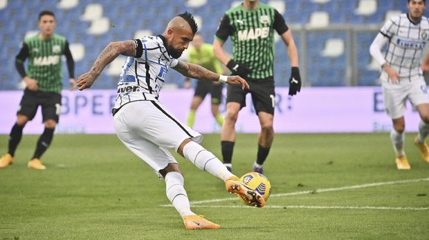 Inter's Arturo Vidal scores scores his side's second goal during the Italian Serie A soccer match between Sassuolo and Inter Milan at the Mapei stadium in Reggio Emilia, Italy, Saturday, Nov. 28, 2020. (Massimo Paolone/LaPresse via AP)