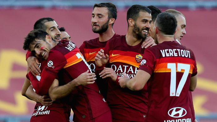 ROME, ITALY - NOVEMBER 22:  Henrikh Mkhitaryan with his teammates of AS Roma celebrates after scoring the teams second goal during the Serie A match between AS Roma and Parma Calcio at Stadio Olimpico on November 22, 2020 in Rome, Italy.  (Photo by Paolo Bruno/Getty Images)