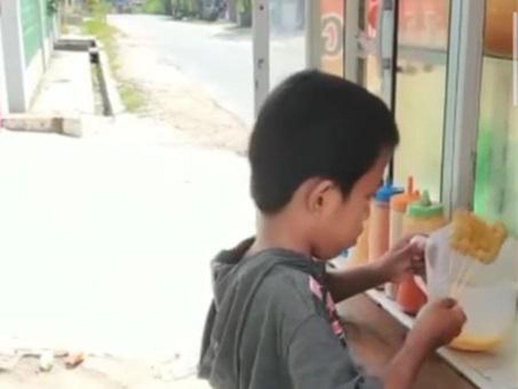 Demi Bantu Ibunya yang Sakit, Bocah Kembar Ini Jualan Cilor