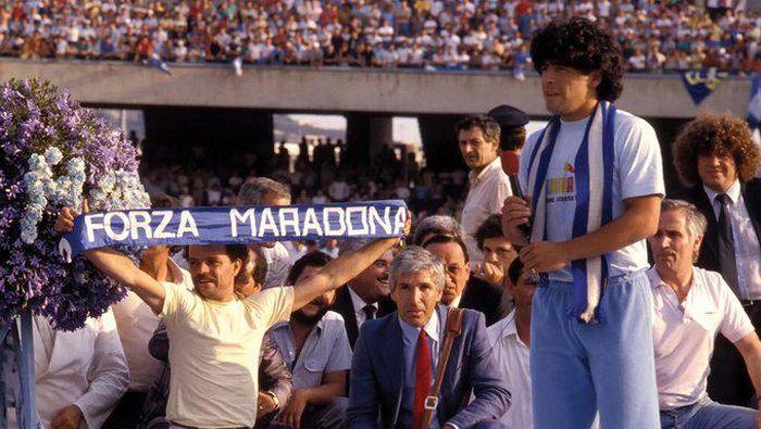 Diego Maradona saat diperkenalkan sebagai pemain Napoli