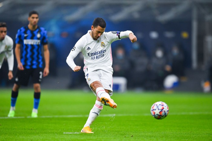 MILAN, ITALY - NOVEMBER 25: Eden Hazard of Real Madrid scores their teams first goal from the penalty spot during the UEFA Champions League Group B stage match between FC Internazionale and Real Madrid at Stadio Giuseppe Meazza on November 25, 2020 in Milan, Italy. Football Stadiums around Europe remain empty due to the Coronavirus Pandemic as Government social distancing laws prohibit fans inside venues resulting in fixtures being played behind closed doors. (Photo by Valerio Pennicino/Getty Images)