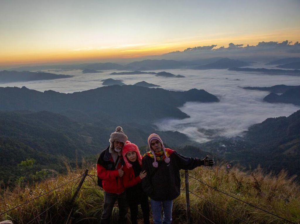 Indahnya Matahari Terbit dari Pegunungan Phu Chi Fa Thailand