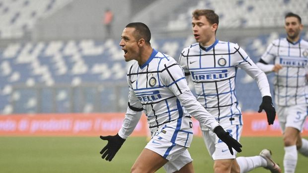 Inter Milan's Alexis Sanchez celebrates after scoring during the Serie A soccer match between Sassuolo and Inter Milan at the Mapei Stadium in Reggio emilia, Italy, Saturday, Nov. 28, 2020. (Massimo Paolone/LaPresse via AP)