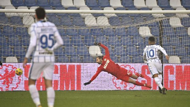 Inter's Roberto Gagliardini, not in picture, scores his side's third goal during the Italian Serie A soccer match between Sassuolo and Inter Milan at the Mapei stadium in Reggio Emilia, Italy, Saturday, Nov. 28, 2020. (Massimo Paolone/LaPresse via AP)