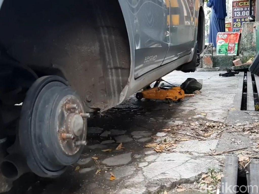Waspada Parkir di Jalan Kota Tasikmalaya! 4 Ban Sedan Ini Raib Digondol Maling