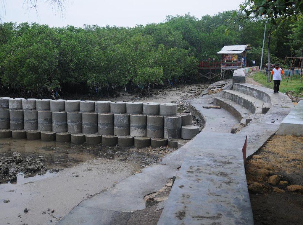 Proyek Tangkis Laut di Pantai Wisata Talang Siring