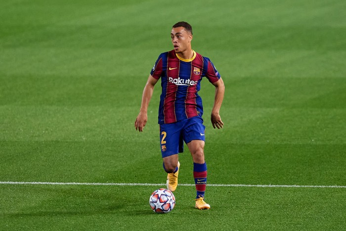 BARCELONA, SPAIN - OCTOBER 20: Sergino Dest of FC Barcelona runs with the ball during the UEFA Champions League Group G stage match between FC Barcelona and Ferencvaros Budapest at Camp Nou on October 20, 2020 in Barcelona, Spain. (Photo by Alex Caparros/Getty Images)